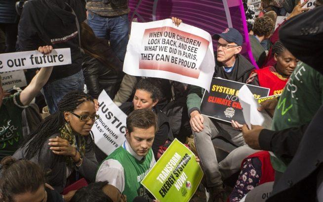 2週間の気候会議の終盤にル・ブルジェにおいて即興の抗議行動に参加する〈350.org 〉創始者ビル・マッキベン(めがねとレッドソックスの野球帽)Photo:Kodiak Greenwood