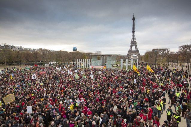 15,000人の威力。 フランス政府は安全保障上の懸念により会議初頭に公共での集会を禁止したが、それがこの集会をさらに感銘を与えるものにした。Photo: Kodiak Greenwood