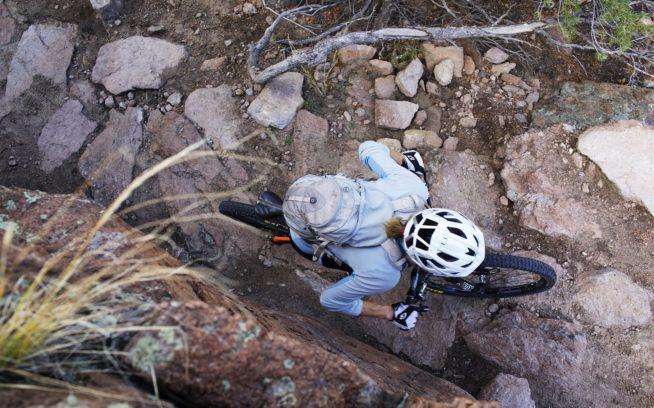バックボーン・トレイルの後戻りできない登り坂で懸命に踏み込むダイアン・フレンチ。コロラド州サライダ Photo: Sacha Halenda