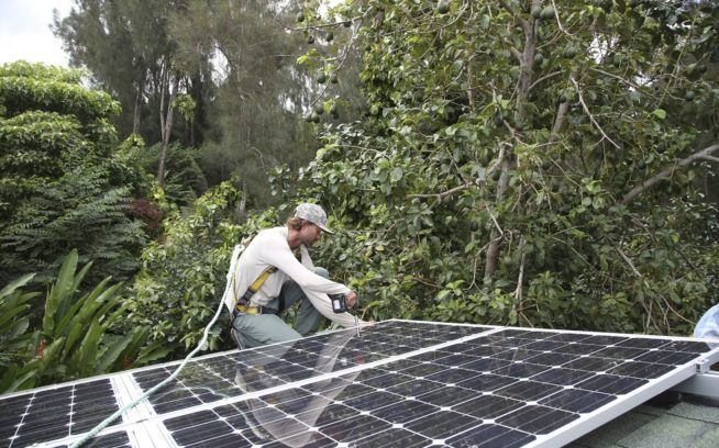 Kinaʻole Capital Partnersのために住宅太陽光発電システムを設置するコール・クリステンセン。ハワイ、オハフ島 Photo: John Phaneuf