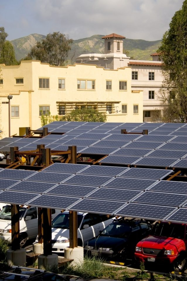 パタゴニア本社の太陽光発電パネルは私たちが使う電力の一部を供給し、また社員の車のための日陰となる。カリフォルニア州ベンチュラ Photo: Tim Davis