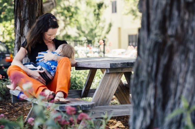 パタゴニアの家族休暇方針は、仕事を失わずに母乳で子育てをしたり乳児の面倒を見るのに苦闘する同僚のための解決策として早急に設定された。授乳が母子ともに与える肉体的/精神的恩恵を示す研究が重なるにつれ、パタゴニアは重要な最初の6か月を超えて授乳できるシステムを開発した。パタゴニア本社 Photo: Kyle Sparks