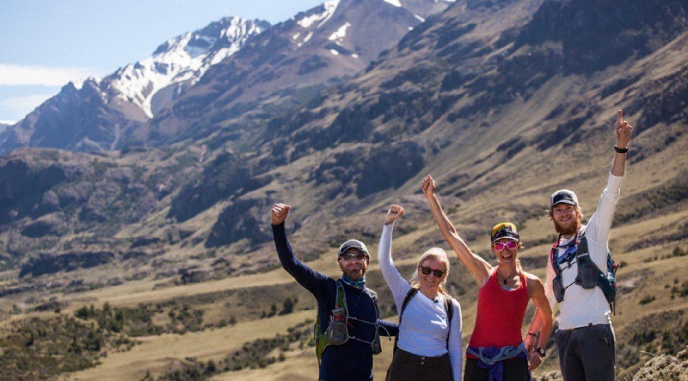 〈コンセルバシオン・パタゴニカ〉の創始者クリス・トンプキンスにアヴィレス・トレイルで合流するウルトラランナー、ジェフ・ブラウニング、クリッシー・モールとルーク・ネルソン。チリ、パタゴニア公園 Photo: James Q Martin