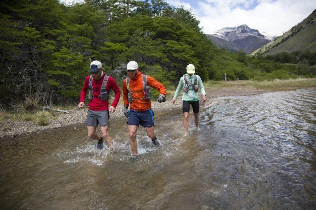 未来の国立公園の全長170キロを走る途中で氷河から流れ出る凍てつくチャカブコ・リバーを耐えしのぐルーク、ジェフとクリッシー。Photo: James Q Martin
