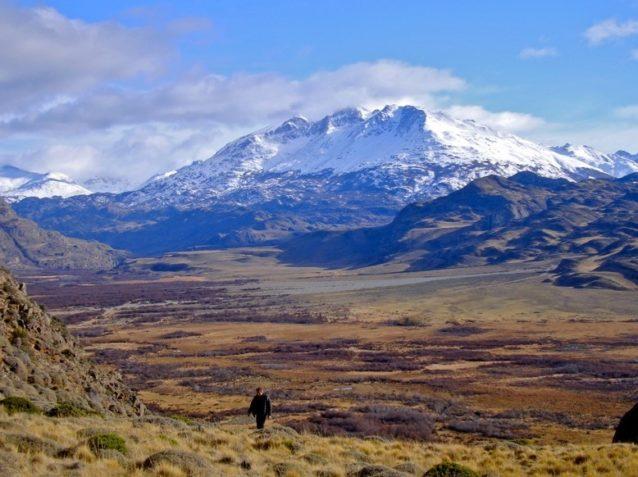 未来のパタゴニア国立公園の草原を渡るハイカー。Photo: Conservacion Patagonica