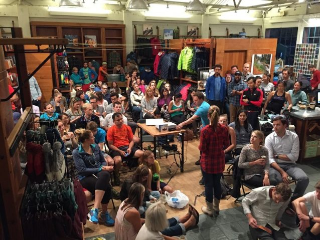 直営店での上映およびオンラインの広報は「マイル・フォー・マイル」キャンペーンに5万ドル以上の資金をもたらした。パタゴニアのサンフランシスコ直営店を埋め尽くした地元客は商品を当てるラッフルも楽しんだ。Photo: Patagonia San Francisco