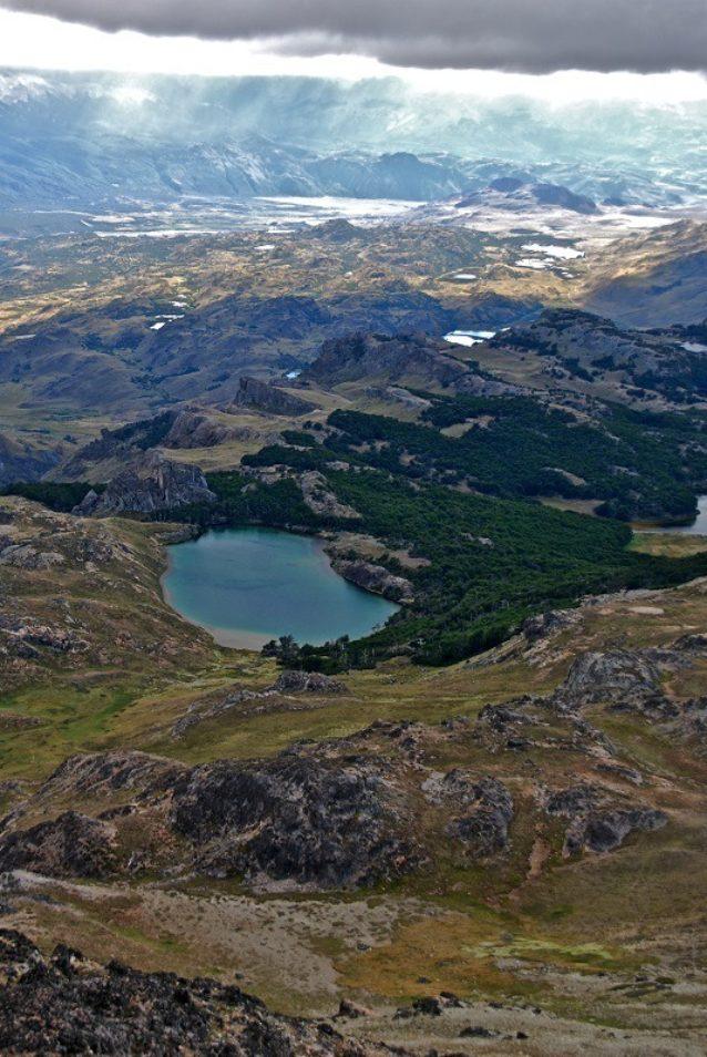 ラグナス・アルタスのトレイルから見えるチャカブコ・バレーの東側の眺め。予定されているトレイルは、ラグナス・アトラス・トレイルをこの渓谷の反対側にあるアヴィレス・トレイルまで繋ぐ。Photo: Conservacion Patagonica