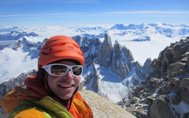 2度目の単独登攀となるチャルテン山頂にて。1度目の登攀に比べるとかなりリラックスできた。Photo: Colin Haley