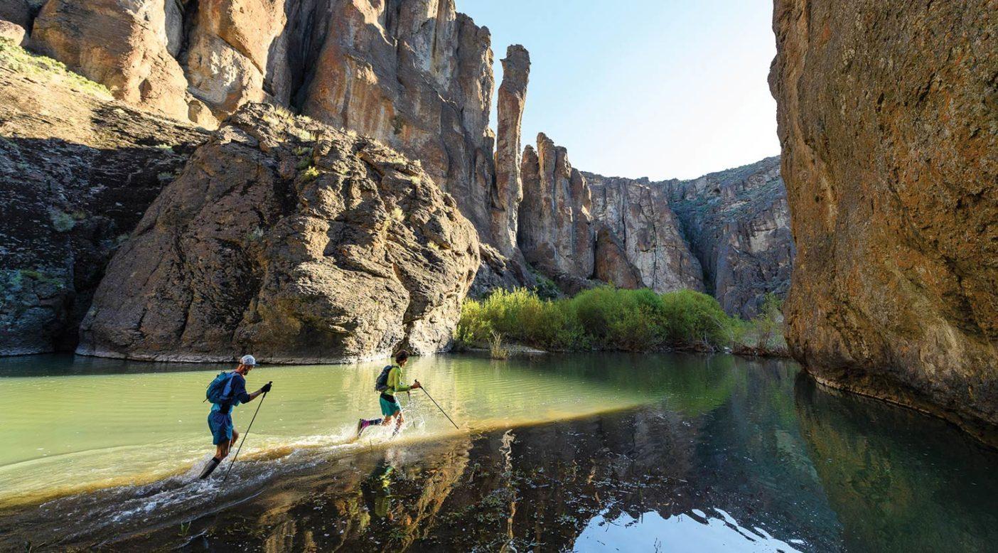 オワイヒー・キャニオンランズの1日目。岩だらけの旅の味を覚えるため、渓谷へと向かって進むジェフとジェシー。 Photo: Fredrik Marmsater