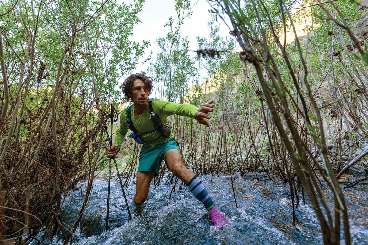 ひっきりなしに柳を殴りつけながら突き進むことに慣れてきた僕たちの足は、川の蛇行部分に広がるものに止められた。初日の序盤、リトル・オワイヒー川で繰り返し柳をかき分けるジェシー。Photo: Fredrik Marmsater