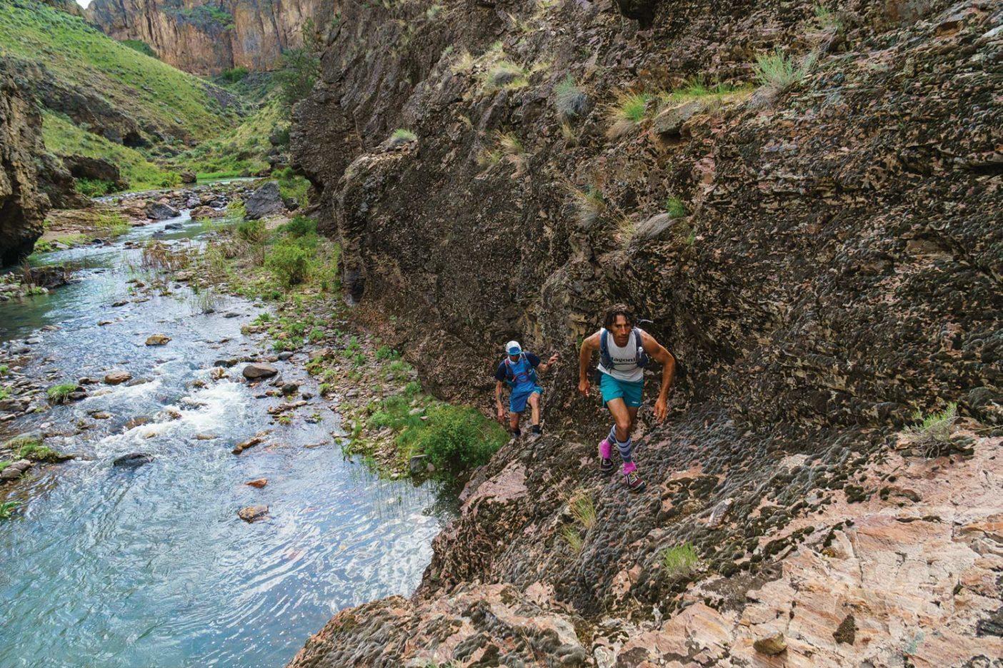 トッピン・キャニオンを抜けたあと、僕らは草が点々と生える川沿いの最後の数マイルの岩場を軽快に駆け抜けた。Photo: Fredrik Marmsater