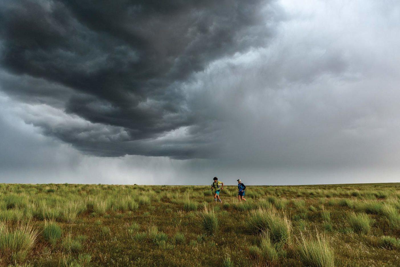 夕暮れの空に不吉な雲堤ができているのに気付いたそのあと、稲妻が走った。午後5時、アイロン・ポイントでチームと合流。空が突風と豪雨、雷と稲妻、そして雹を一斉に解き放つと、僕たちは一面に広がる壮観な景色を堪能しようと一息ついた。Photo: Fredrik Marmsater