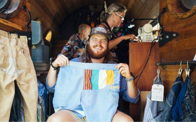 いちばんいいパンツ。バイオディーゼル燃料のWorn Wearトラック「デリア」の車内にて。Photo: Donnie Hedden