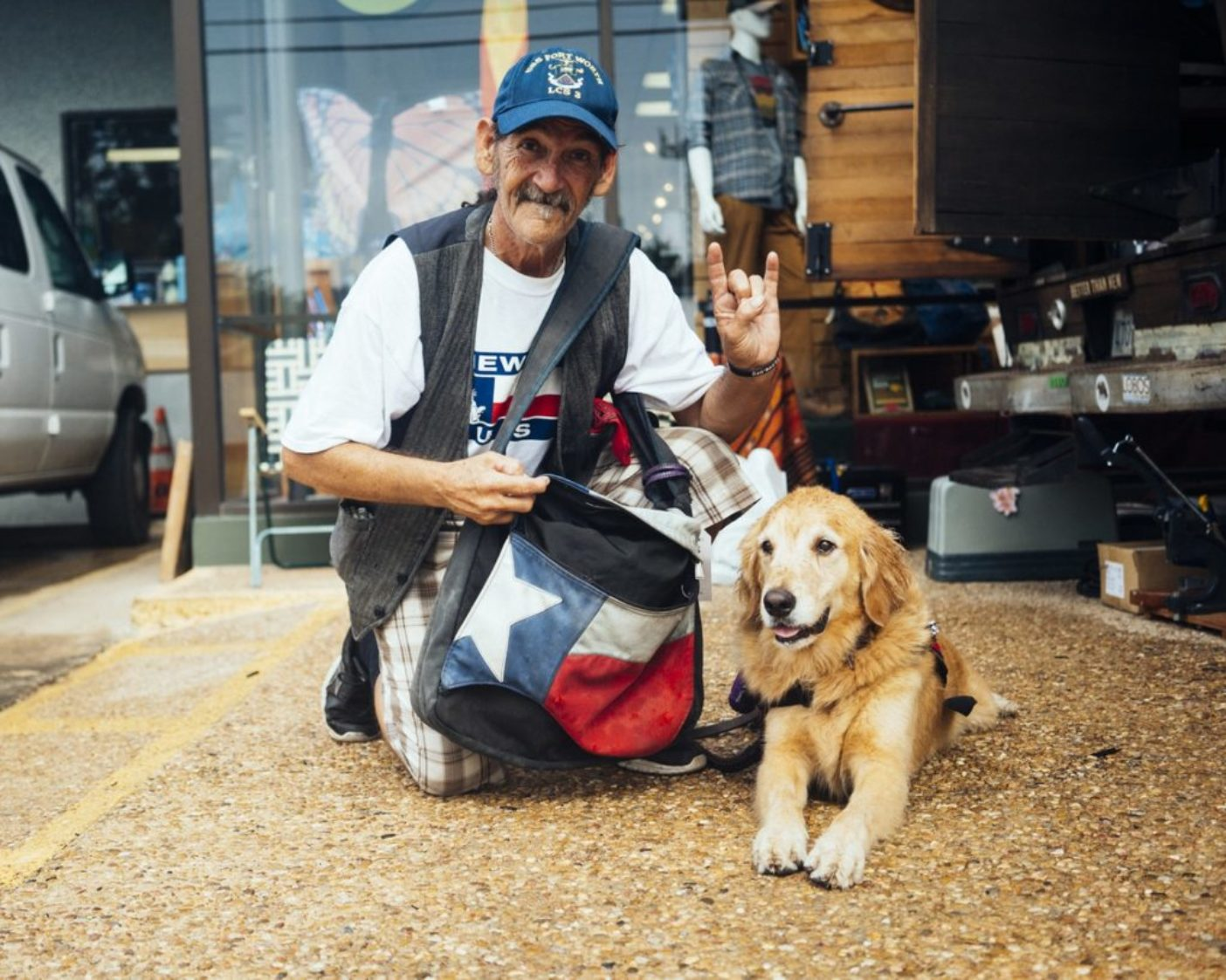 ダグと、テキサス州オースティンの歓迎団の一員である犬のエルビス。ダグの申し立てによると、彼はコーヒーのブランドのフォルジャーズの有名なテーマ曲「お目覚めで最高なのは……」の共同作曲者だという。僕らは彼のオースティン製のバッグを直して、忘れずに彼のサインを貰った。Photo: Donnie Hedden