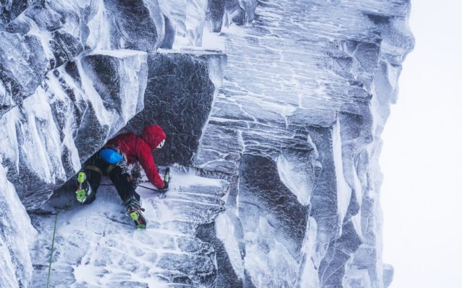 スコットランドでの第1 日目:「サベージ・シルト」の上でニックと握手を交わすジョシュ・ワートン。「ザ・シークレット」が10 センチの霧氷に覆われていることを発見するのは、その後まもなく。スコットランド、ベン・ネヴィス Photo: Mikey Schaefer