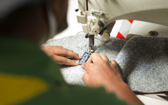 ハイダラマニ社のミヒラ(地球という意味)工場でパタゴニアのベター・セーター・ベストを縫う従業員。この工場はカーボン・ニュートラル、およびLEEDのゴールド認証とフェアトレード認証を受けたパタゴニア衣類の縫製工場 スリランカ、アガラワッタ。Photo: Tim Davis