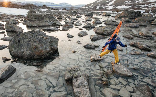 リア・エヴァンスが渡るのは、 シーズン末のリンゲン・アルプスで液体と 化した雪原。ノルウェー Photo: Garrett Glove