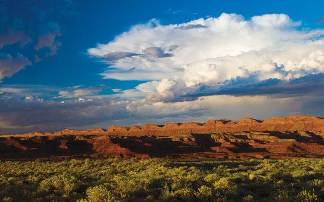 アメリカの新しい国定記念物ベアーズ・イヤーズ。風化した砂岩、深い峡谷、森林、古代の岩窟住居、神聖な壁画からなる135万エーカー(約5,463平方キロメートル)のそこでは、世界級の探険、静寂、レクリエーションの機会が得られる。Photo: Josh Ewing
