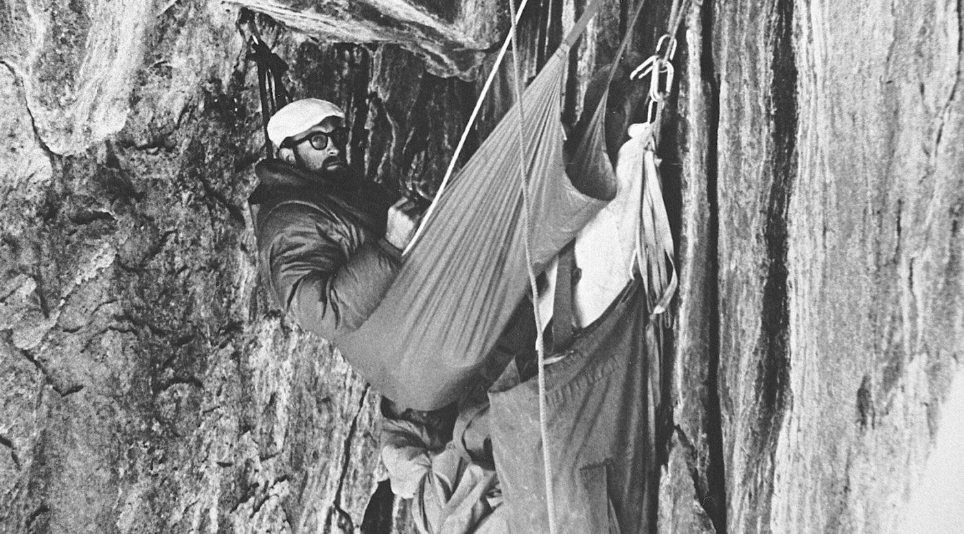 「ノース・アメリカン・ウォール」初登中にブラック・ケーブでビバークするロイヤル・ロビンスと、(下から覗いている)イヴォン・シュイナード。カリフォルニア州ヨセミテ、エル・キャピタン。1964年 Photo: Chuck Pratt