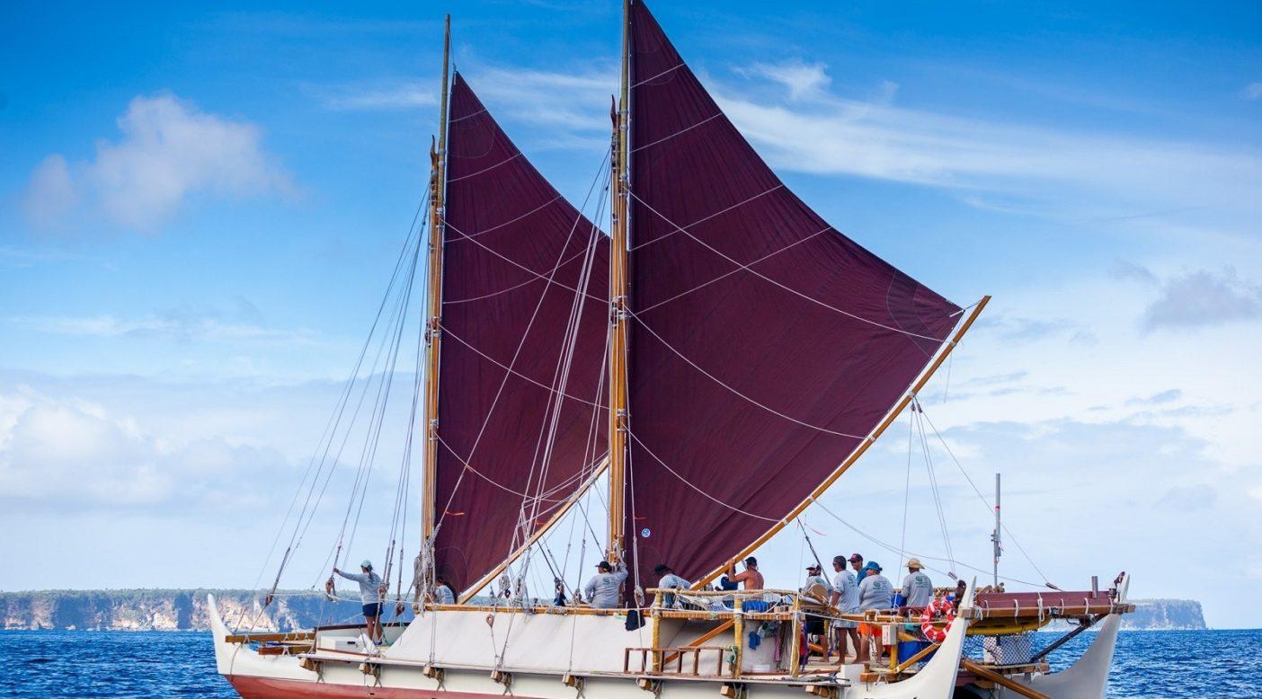 40年以上航海してきたホクレア号は、ポリネシア中の島のコミュニティで航海カヌーの再生を刺激してきた。Photo: John Bilderback