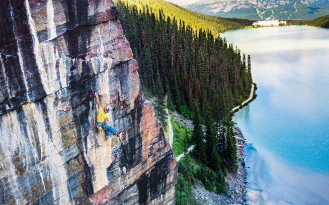 「ザ・パス(5.14r) 」上のアレックス、地上から 最初のトライ。カナダ、バンフ 国立公園、レイク・ルイーズ Photo: Ken Etzel