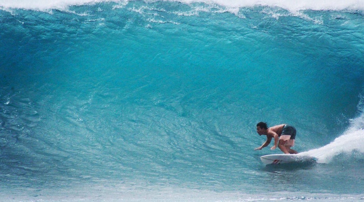 台風スウェルの沖縄にて。波は、海と大自然からのおくりもの。Photo: Daichi Sato