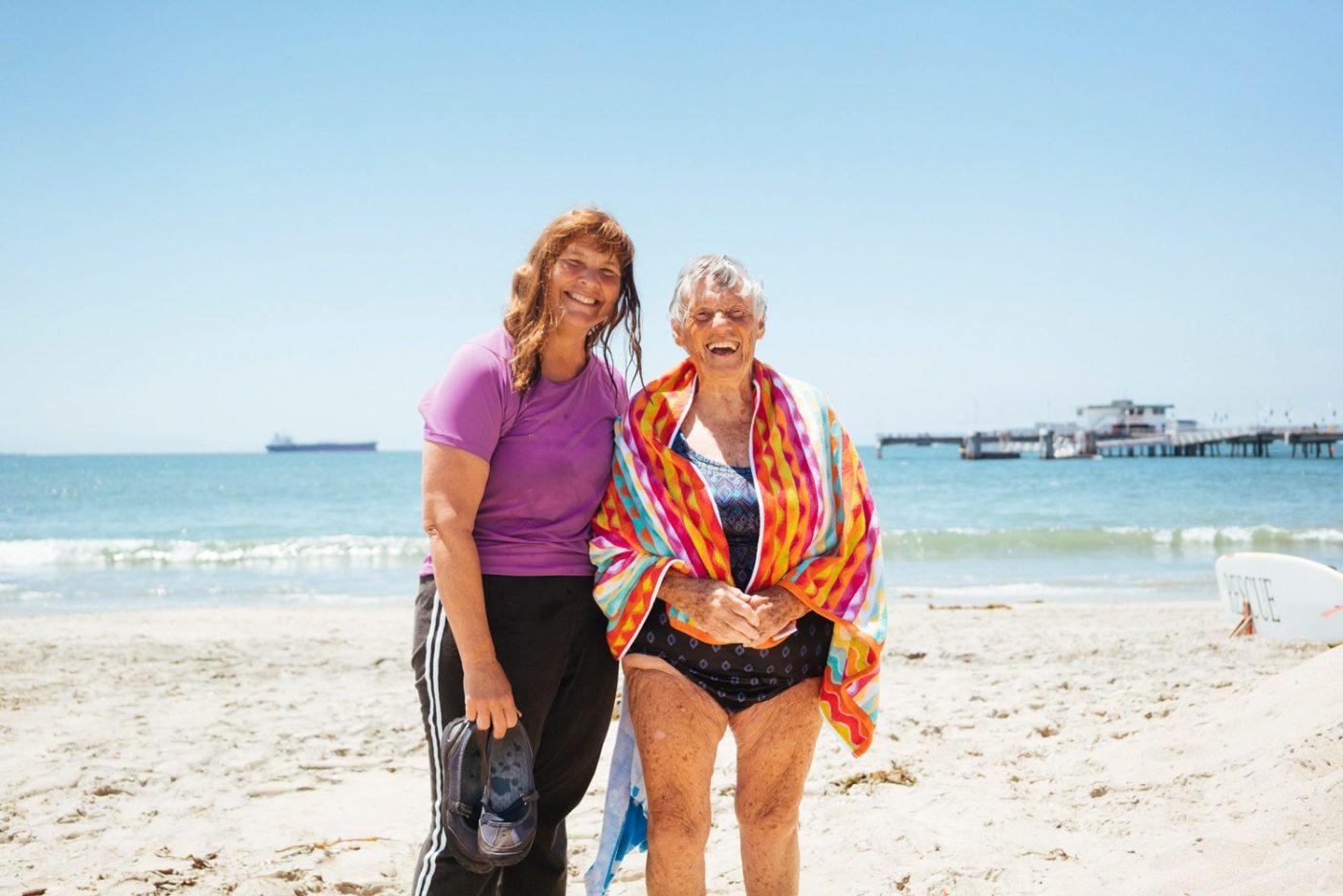 ロングビーチで泳いだあとの『フィッシュピープル』の登場人物リン・コックスと彼女の先輩のメアリー・ソイト。93歳のメアリーは健康な老いについての僕の見解を劇的に変えた。Photo: Donnie Hedden