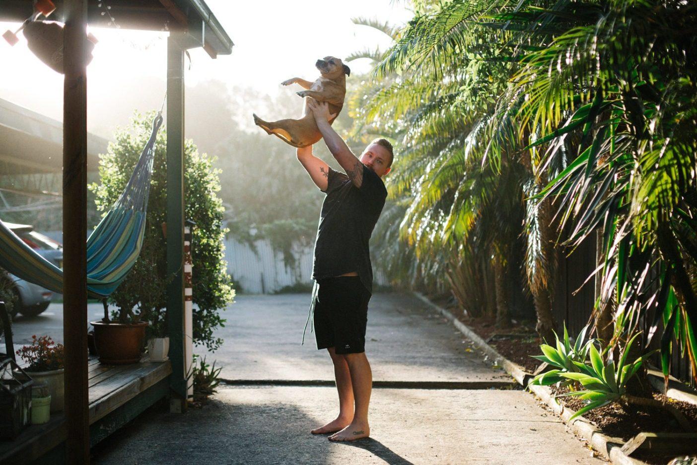 レイと大人気の彼の犬。Photo: Donnie Hedden