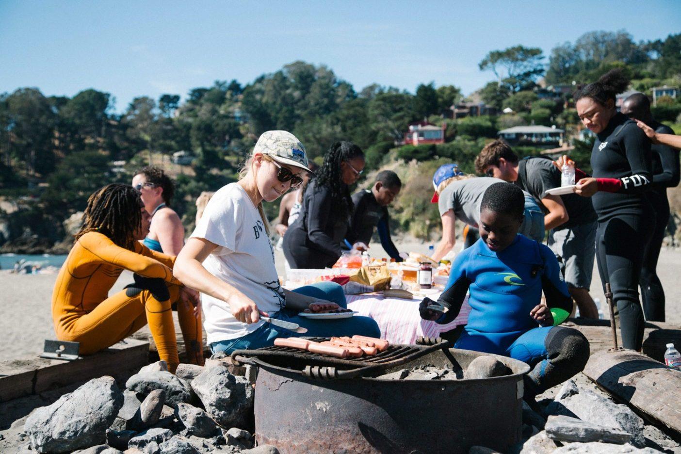 お腹の空いた子供たちのために食べ物を捻出する制作チーム。Photo: Donnie Hedden