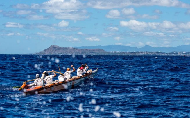 1952年以来毎年開催されている「モロカイ・ホエ」アウトリガーレースには、体力と技術と持久力が要求される。カイウィ海峡の大海原をオアフ島へと横断することは、風と海流とスウェルと疲労との長い苦闘を意味する。Photo: Tim Davis