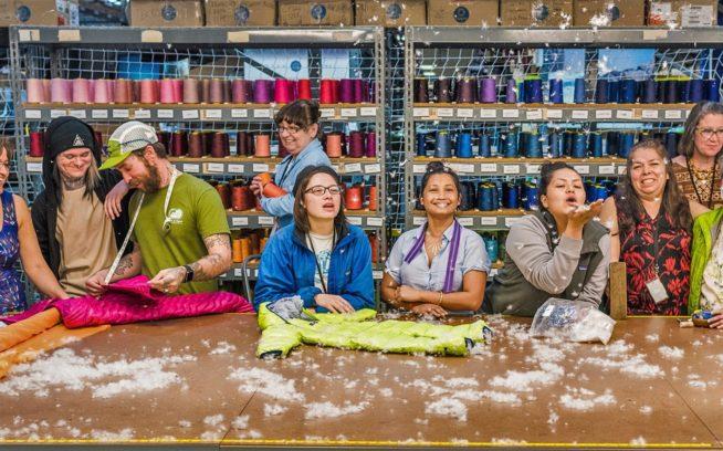 昨年の冬、裁断テーブルでカッコつけるリノの修理技師たち。左から右:シルビア・アギュレラ、リバー・リース、アンディ・クック、ジョラ・シープラ、クリスタル・ロバーツ、サン・カーン、クラレット・ガルシア、ネリー・ハーネンデス、レスリー・キャッスル、アンジェリタ・ゴンザレス。Photo: Ken Etzel