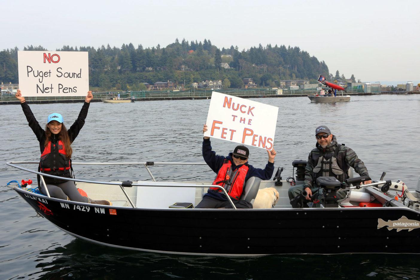 〈ワイルド・フィッシュ・コンサーバンシー〉が組織化した『アワ・サウンド、アワ・サーモン船団』で大西洋ザケの囲い網飼育に抗議するトミネ一家。 Photo: Dave McCoy