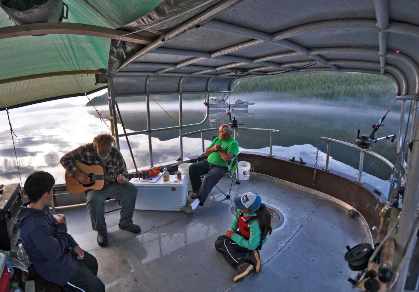 『サンクレスト号』でセレナーデを弾く。 Photo: Steve Perih