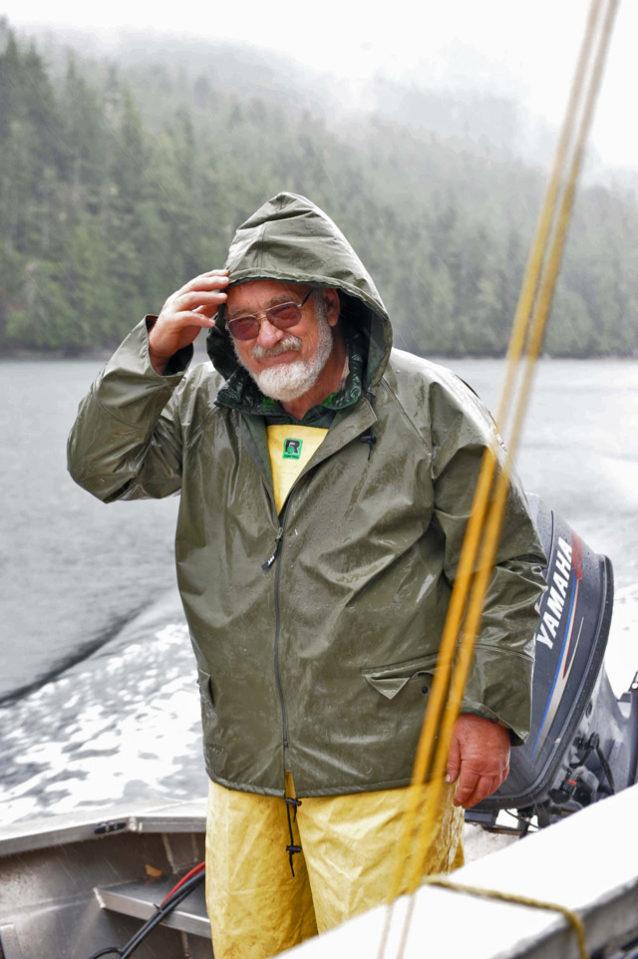「あるときはヘイト・アシュベリーのヒッピー、またあるときは木こり、水車大工、商業漁師、サーモン釣りガイド、扇動者、川とボートの狂愛者、うわさの環境保護活動家。いたずらマスター友愛組合のメンバー。野生のサーモン、心の野生、故郷の水、老齢の大樹、悪との闘いに忠誠を誓う」—『草の根活動家のためのパタゴニアのツール会議』141ページに紹介されたブルース・ヒルと彼の心に響く章『パンチを出すこと』。 Photo: Steve Perih