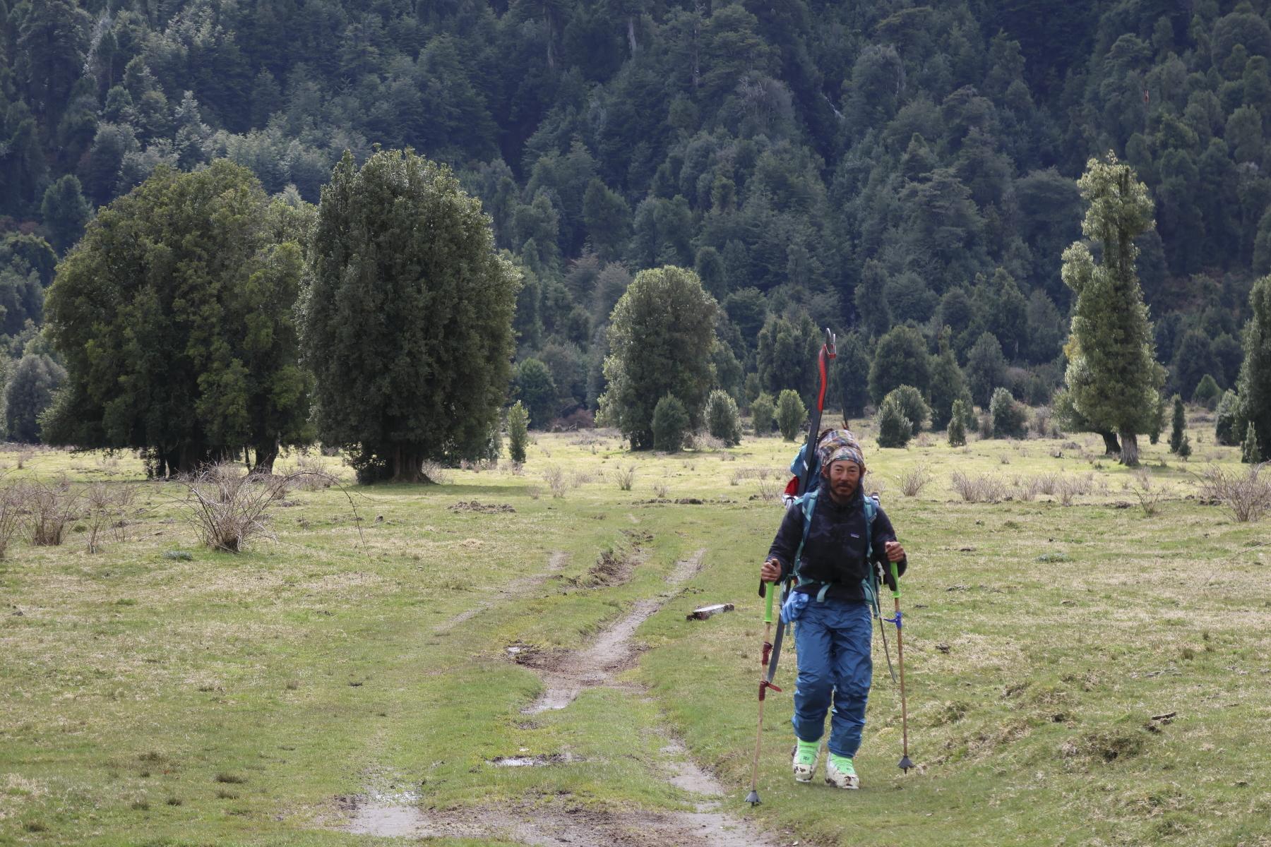 1週間のキャンプを終え、雪山から森を抜けて牧場地帯まで降りてきたところ。 写真:布施 智基