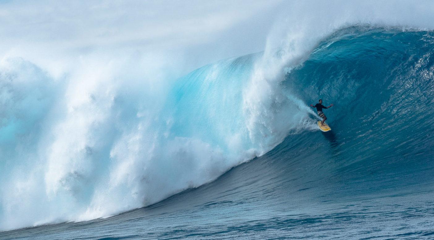 ハワイで完璧なラインをお披露目するマイク・ピーチ。Photo: Juan Luis De Heeckeren