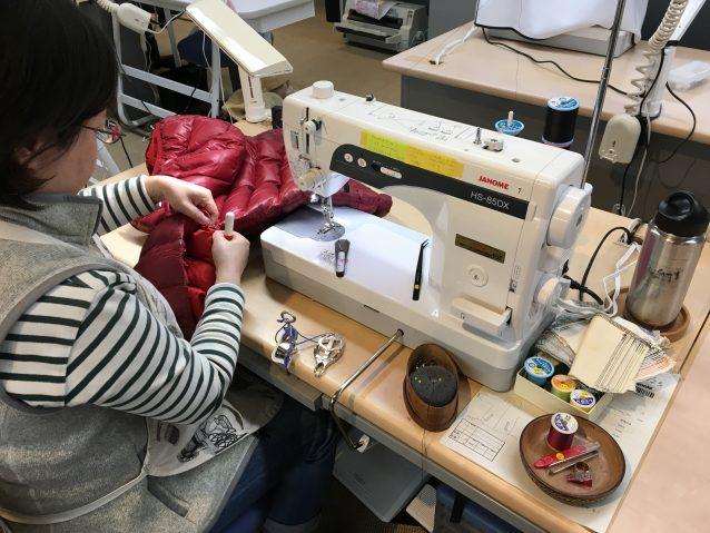 ダウン製品の充て布修理。修理箇所が縫い目部分に近かったため、一度縫い目を解いて生地をしつけている。 写真:パタゴニア日本支社