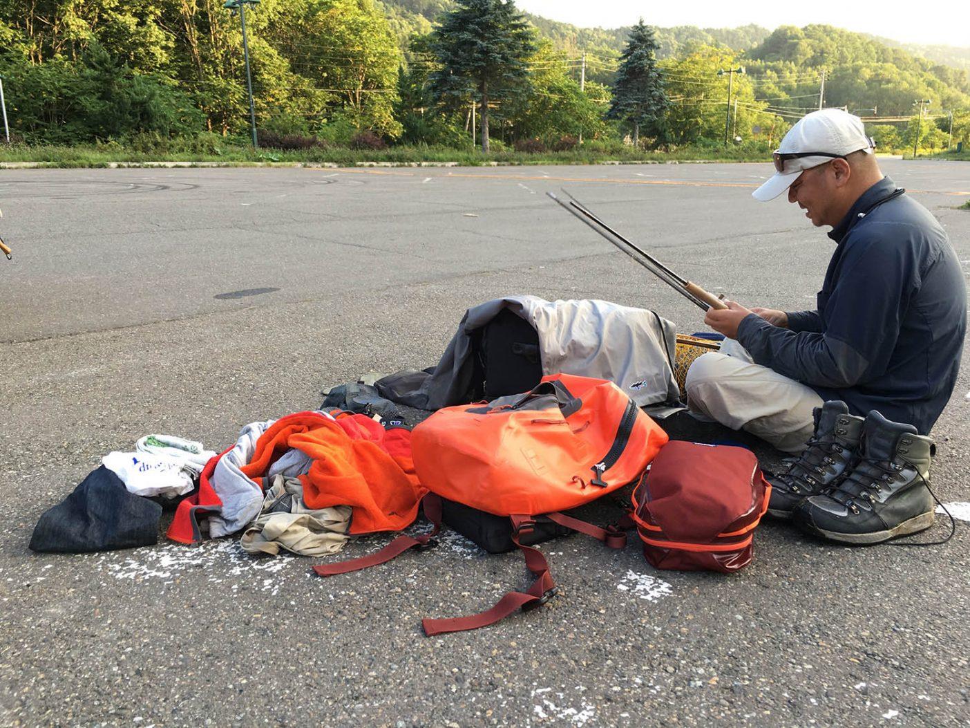 名残惜しいが必ず訪れる旅の終わり。感傷に浸っている間もなく道端で荷造り開始 写真:佐々木 大