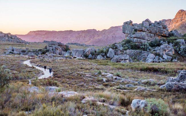 南アフリカへ行きたかった主な理由のひとつはもちろんクライミングだった。それでもこれほど美しい景観でのクライミングは経験すべてを10倍も素晴らしくする。2012年にはじめて訪れたときと同様、黒とオレンジ色の砂岩群の美しさ、信じられない朝焼けと夕焼け、星空、そして動物たちに感動した。このような景色を毎日眺めるのに退屈するはずもなく、去った瞬間にそれらがどれだけ美しいかを再認識する。南アフリカ、ロックランズ。 Photo: Ken Etzel