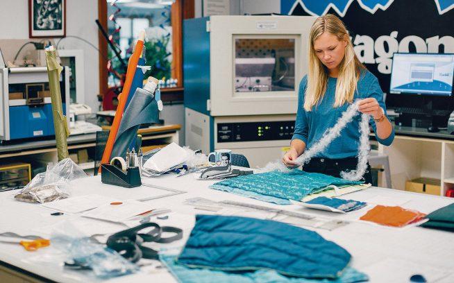 パタゴニア本社でプルマフィルの可能性を研究する素材開発者のクリスティン・アムシード。カリフォルニア州ベンチュラ Photo: Kyle Sparks