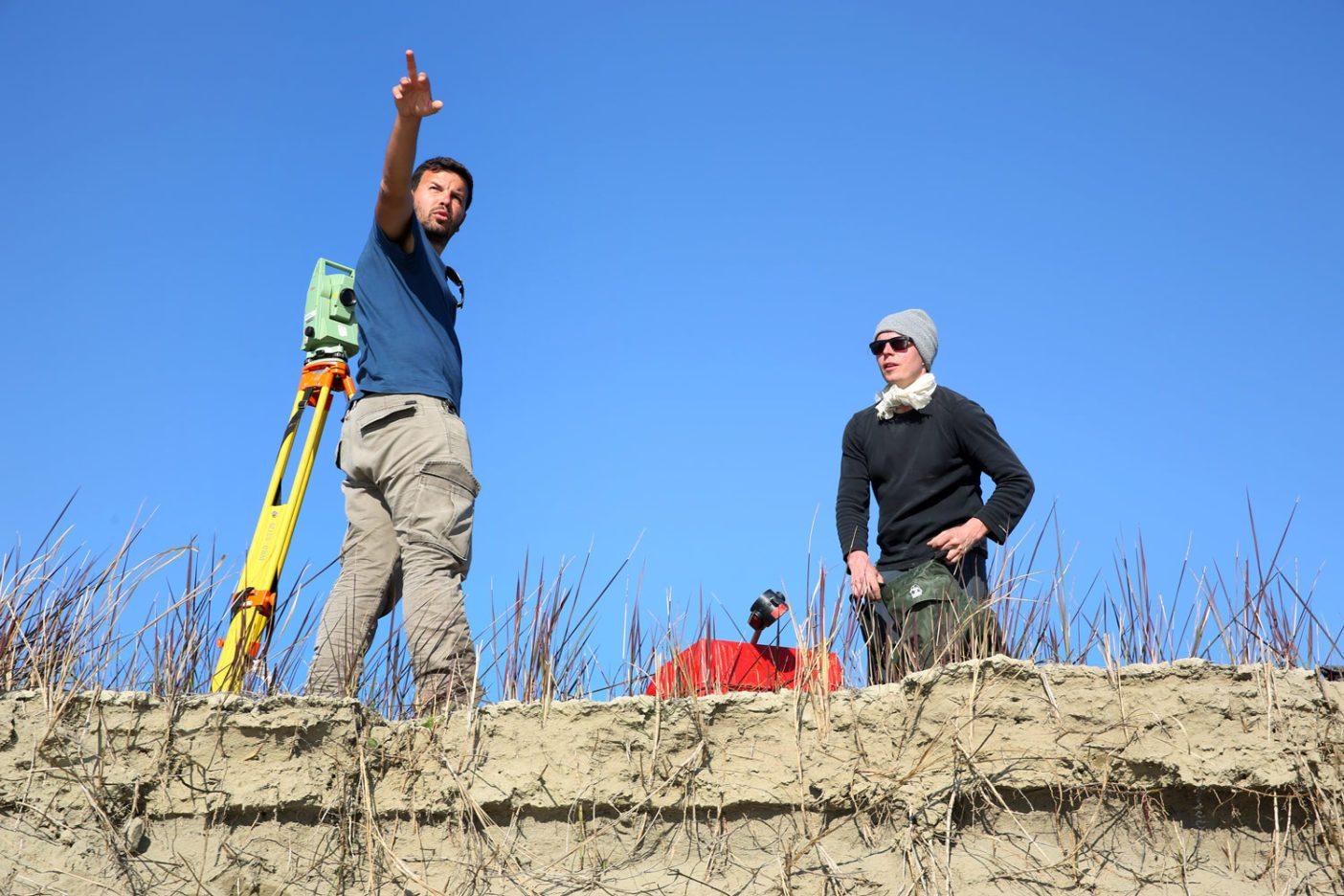 かつて調査されたことのないビョサ川の川床をはじめて測定するクリストフ・ハウアー(右)と、ティラナ工科大学のアルバニア人の同僚クロディアン・スクラメ(左)。 Photo: © jens-steingaesser.de