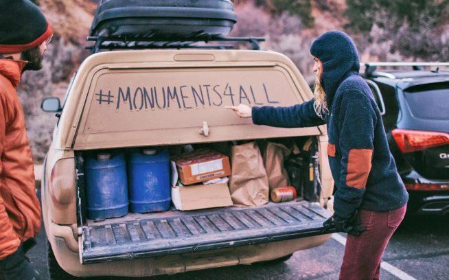 昔ながらの伝言板にハッシュタグを記すブリとキース・マディア。Photo: Johnie Gall