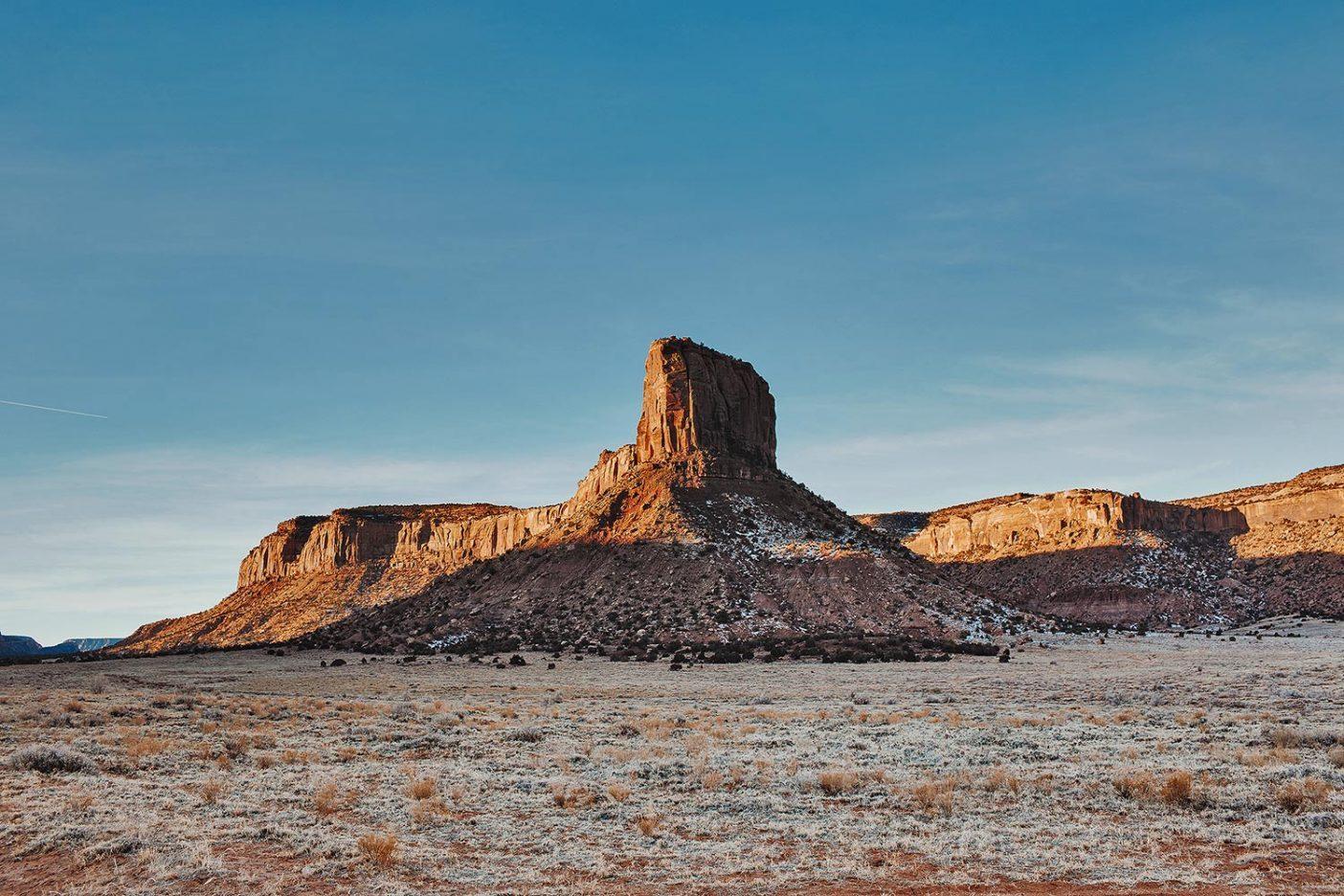 エスカランテにある巨大な岩の1つ。地面にはまだ霜が。Photo: Johnie Gall