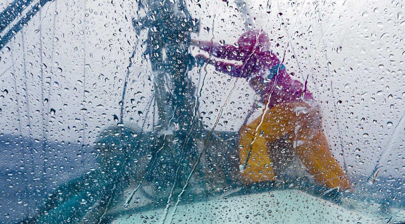 急速に移動する南太平洋のスコールの強風に捕まり、スウェル号のセールをリーフするためにマストへ向かうリズ・クラーク。Photo: Tahui Tufaimea