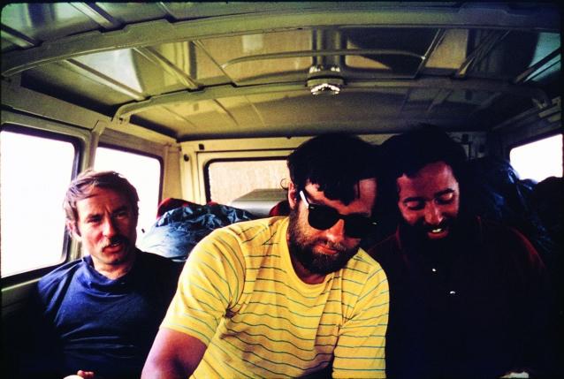 パタゴニアのどこかを走るフォード・エコノラインのなかのイヴォン・シュイナード、ディック・ドーワース、リト・テハダ、フロレス(左から右へ)。後部に積まれた光沢のあるアルミケースはナグラ製の録音機材。この時点で、旅のはじめに積んでいたサーフボードとスキーは車から下されていた。