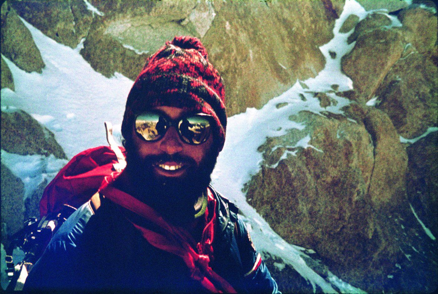 映像制作者リト、イタリアン・コルの近くにて。彼はヴュアルネのサングラス、スキー帽、フランスのスキースクールのジャケットという出で立ちで、それは当時流行のスキーファッションだった。