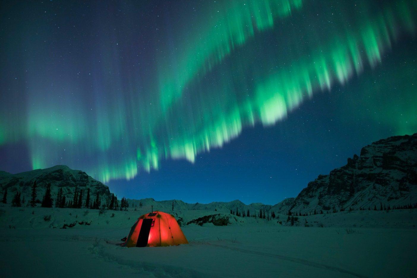 北極圏野生生物保護区はバックパッキング、キャンピング、クライミング、フィッシングなど、無類の原生地域を体験させてくれる。保護区内には電話はなく、携帯電話もつながらず、キャンプ場も案内所もない。遠隔地であり、また過酷な状況がありうるため自立自助が不可欠であると同時に、真の冒険という体験が保証されている。Photo: Florian Schulz