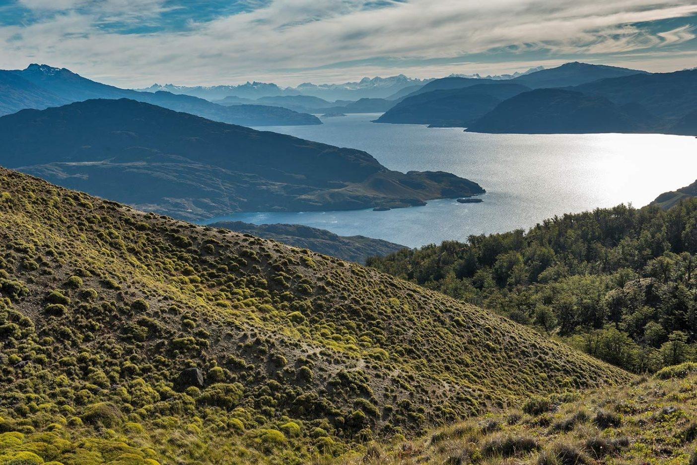 どこに滞在しても、公園の草原の渓谷と高山の湖をつなぐ何キロものトレイルがある。たとえばラゴ・チコ・ループは、チコ湖の周囲を歩く12キロの景観に優れたハイク、あるいは展望台までの短い散歩道でもある。Photo: Tompkins Conservation