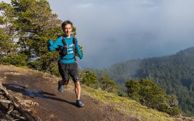 レース最高地点から景色良いトレイルを走る。 Photo: Gleen Tachiyama