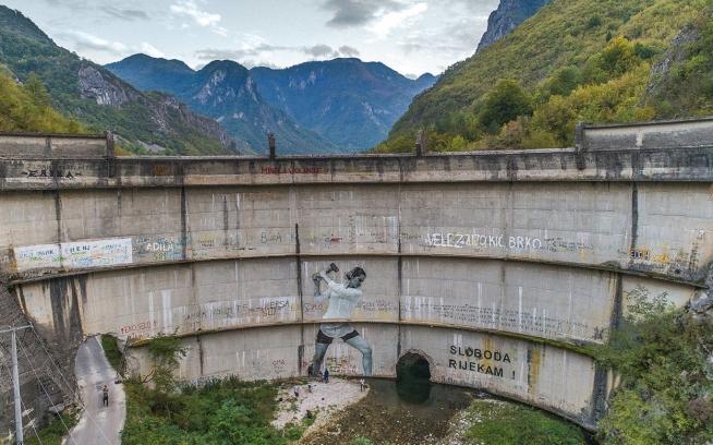 1959年に建設されたイドバル・ダムがひび割れたのは、完成してすぐのことだった。投資家も工事作業員も、流れが急で予測不可能なことで知られるバスツィツァ川の威力を侮るべきではないという、地元住民の度重なる警告を無視した。建設後まもなくダムが川に砕かれはじめ、バスツィツァがふたたび自由に流れるようになると、イドバルは廃止された。ボスニア・ヘルツェゴヴィナ、コニツ。Photo: Andrew Burr